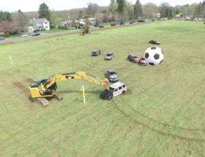 Необычный футбол c экскаваторами Caterpillar фото